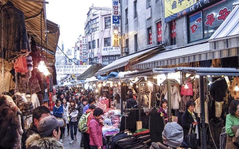 Các nhà buôn thường tự sang Trung Quốc đánh hàng về kinh doanh